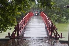 Rote Brücke Hoan Kiem im See Lizenzfreie Stockbilder