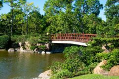 Rote Brücke im japanischen Garten Stockbilder