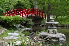 Rote Brücke im japanischen Garten Lizenzfreies Stockfoto