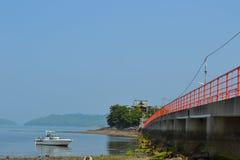 Rote Brücke und Boot Lizenzfreies Stockfoto
