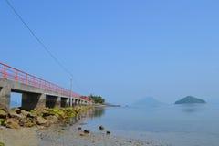Rote Brücke und Boot Lizenzfreie Stockfotos