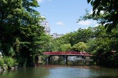 Rote Brücke und Landschaft von Himeji-Schloss Lizenzfreies Stockfoto