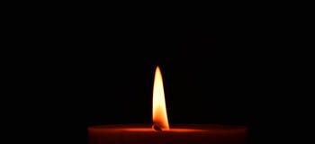 Rote brennende Kerze lizenzfreie stockfotos