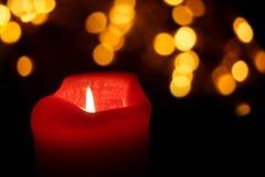 rote brennende Kerze nachts Stockfoto