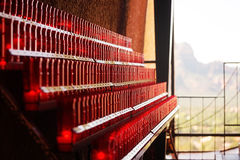 Rote brennende Kerzen innerhalb der Kirche des heiligen Kreuzes in Sedona USA Stockbilder