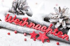 Rote Buchstaben mit Deutschem Frohe Weihnachten bedeutet frohe Weihnachten Lizenzfreie Stockfotografie