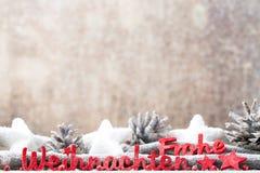 Rote Buchstaben mit Deutschem Frohe Weihnachten bedeutet frohe Weihnachten Lizenzfreies Stockfoto