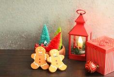 Rote bunte Bäume der Weihnachtslaterne und Lebkuchenmänner lizenzfreie stockbilder
