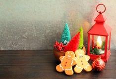 Rote bunte Bäume der Weihnachtslaterne und Lebkuchenmänner stockbild