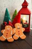 Rote bunte Bäume der Weihnachtslaterne und Lebkuchenmänner stockfoto