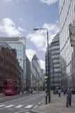 Rote Bus- und Stadtgebäude Londons lizenzfreie stockbilder