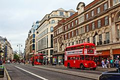 Rote Busse auf Strang London England Vereinigtes Königreich Stockfoto