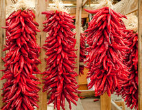Rote Chile ristras Stockfotos
