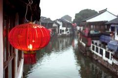 Rote chinesische Laterne in der Zhujiajiao-Wasserstadt außerhalb Shanghais Lizenzfreie Stockfotos
