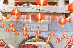 Rote chinesische Laternen als Innendekorationen Stockbilder