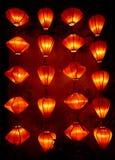Rote chinesische Laternen auf alter Wand Lizenzfreies Stockbild
