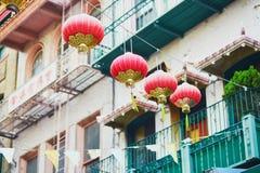 Rote chinesische Laternen in Chinatown von San Francisco stockbilder