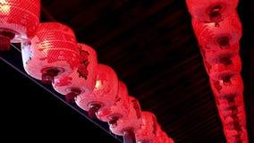 Rote chinesische Papierlaterne, die in den Wind nachts beeinflußt Dekorationen in der chinesischen Feier des neuen Jahres stock video