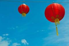 Rote chinesische Papierlaternen gegen einen blauen Himmel Stockfotos