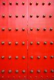 Rote chinesische Tür - Vertikale Lizenzfreie Stockfotos
