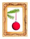 Rote Christbaumkugel an einem Tannenzweig in einem Bilderrahmen stockbilder