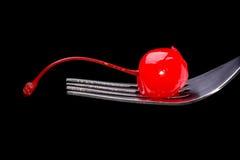 Rote Cocktailkirsche auf einer Gabel Stockfoto