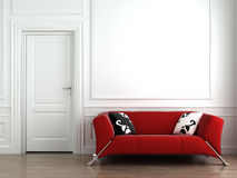 Rote Couch auf weißer Innenwand Stockfotografie