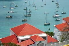 Rote Dächer über Bucht Stockfotos