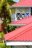 Rote Dächer auf karibischem Hotel lizenzfreie stockbilder