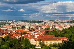 Rote Dächer der Terrakotta der Stadt Prag schossen vom Höhepunkt, Prag, Tschechische Republik Stockfotografie