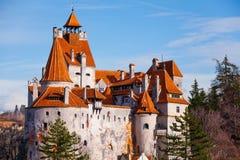 Rote Dächer des Kleie-Schlosses (Dracula-Schloss) Stockfotos