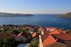 Rote Dächer und adriatisches Meer Stockfotos