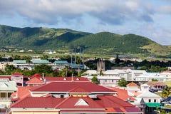 Rote Dächer unter grünen Hügeln auf St. Kitts Lizenzfreies Stockfoto