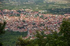 Rote Dächer von Litochoro-Stadt-Griechenland-Grün-Feldern lizenzfreies stockfoto