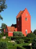 Rote dänische Kirche gegen klaren blauen Himmel stockbild