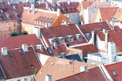 Rote Dachoberteile schöne europäische Häuser lizenzfreies stockbild
