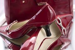 Rote Dame-Absatz-Schuhe Stockfoto
