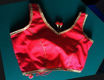 Rote Damen Blusenfront lizenzfreie stockfotos