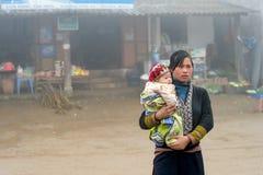 Rote Dao-Frau mit Kind in Sapa, Vietnam Lizenzfreies Stockbild
