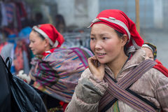 Rote Dao-Frau mit Kind in Sapa, Vietnam Stockfotos