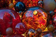 Rote Dekoration, rotes Glas, Weihnachtsdekor, rote Glasblasen, Fragment, rote Farbe, Weihnachtszusammenfassung, bunter Hintergrun Lizenzfreie Stockfotografie