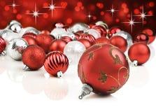 Rote dekorative Weihnachtsverzierungen Stockfoto