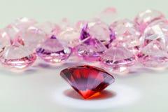 Rote Diamantedelsteine auf weißem Flanell stockfotografie