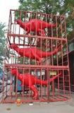 Rote Dinosaurier in 798 Art District in Peking Stockbild