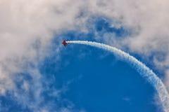 Rote Doppeldeckerflugzeuge im blauen Himmel Lizenzfreies Stockfoto