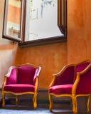 Rote Doppelstühle stockbild