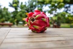 Rote Drachefrucht auf dem Tisch lizenzfreies stockbild