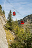 Rote Drahtseilbahn in Alpes Stockfotos