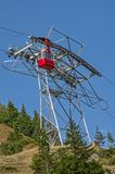 Rote Drahtseilbahn in Karpaten-Bergen Lizenzfreie Stockfotografie