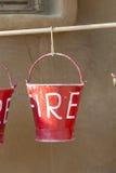 Rote Eimer füllten mit dem Sand, der als Feuerbekämpfungsausrüstung benutzt wurde Stockfotos